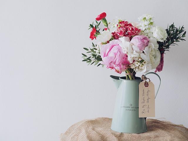 květiny v konvičce