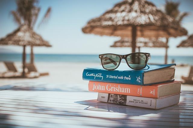 knihy na pláži