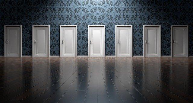 řada bílých plastových dveří
